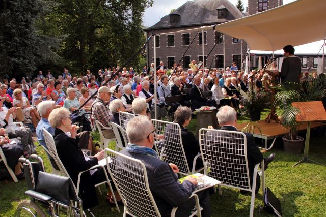 Directeur Leen Bollen van Hof Zevenbergen spreekt de feestvierders toe © Bart Verhaegen