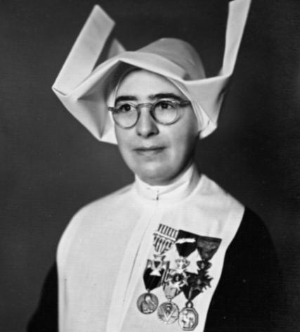 Zuster Marie-José van de zusters van Sint-Vincentius van Gijsegem werd na de oorlog uitvoerig gedecoreerd © zusters van Sint-Vincentius van Gijsegem