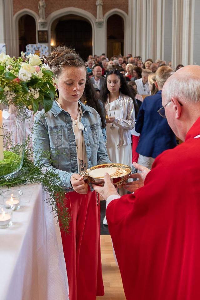 De gaven voor de eucharistie worden aangebracht