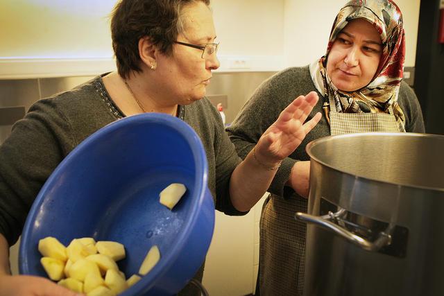 Annelies heeft weinig moeite om de vrouwen smaak te doen krijgen in frietjes.