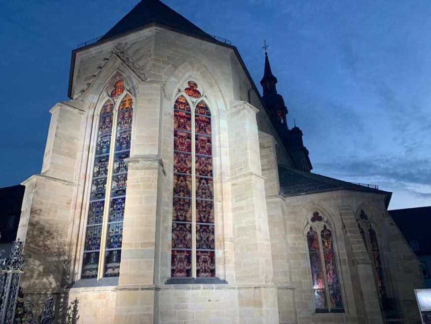 De glasramen van Gerhard Richter gezien vanaf de buitenkant van de abdijkerk. © FB Abdij Tholey