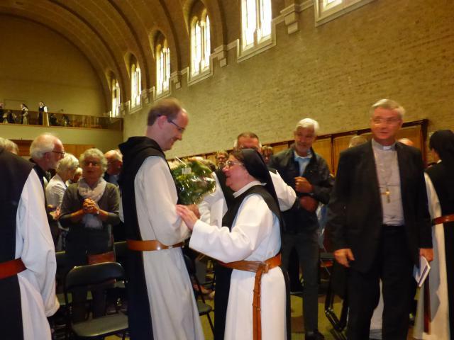 Zuster Beatrijs dankt en feliciteert Kris Oelbrandt. © Abdij Brecht