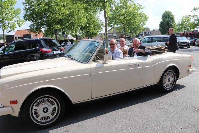 De gevierden werden in een oldtimer Rolls Royce naar de receptie gebracht © Geert Vanhaverbeke