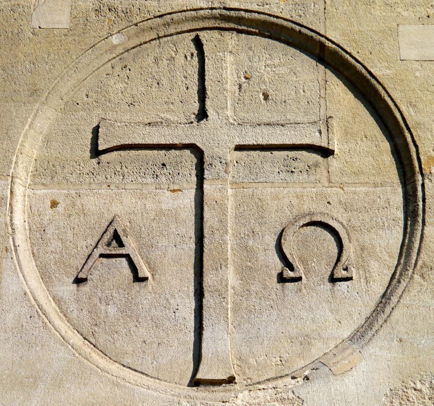 De eerste en laatste letter van het Griekse alfabet, alpha en omega, verwijzen naar God, die begin en einde is van alles.  © CC Flickr