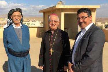 Khalil Al-Rasho met de Chaldeeuwse bisschop Mikhael Maqdassi in Alqosh © Internationale Vereniging voor de Mensenrechten