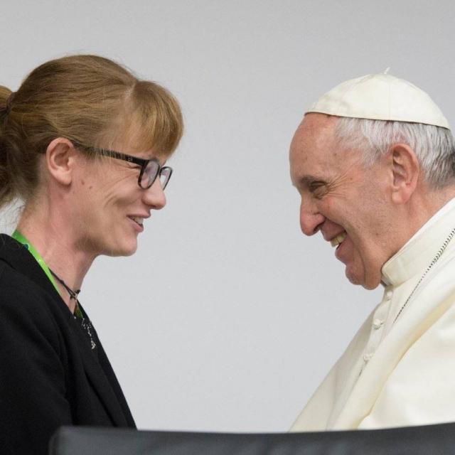 Annelien Boone (IJD Jongerenpastoraal Vlaanderen) begroet paus Franciscus na haar toespraak op de presynode met en over jongeren. © RR