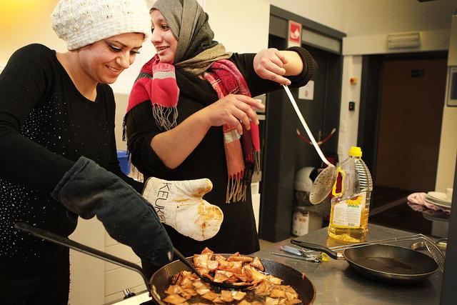 Noura (links): In de voorbereiding van kibbeh kruipt makkelijk 'n hele dag werk.
