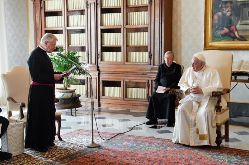 Rector Dirk Smet van het Pauselijk Belgisch College spreekt de paus toe © Vatican Media
