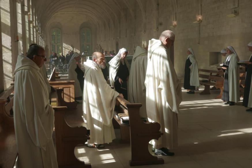 Monialen en monniken in de Frans benedictijnerabdij van Le Bec Hellouin © RR