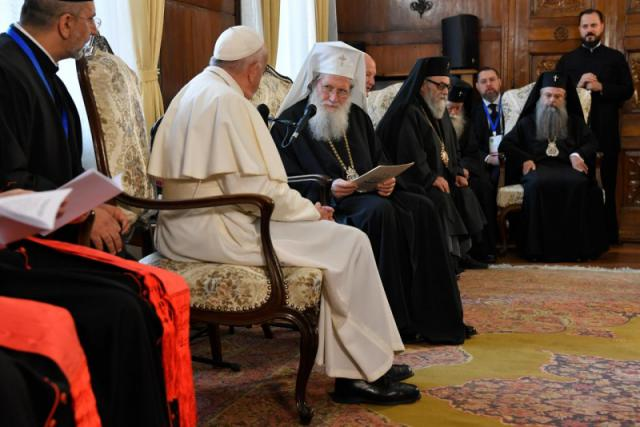 Paus Franciscus met patriarch Neofit en leden van de H. Synode © Vaticaan Media