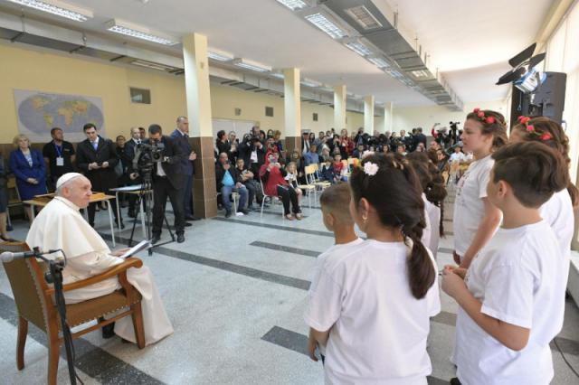 Bezoek aan het Caritascentrum en vluchtelingen in Sofia © Vatican Media