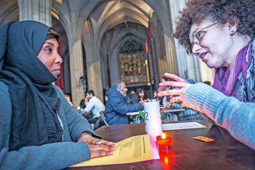 """""""Refugee Slow Dating"""" in de Onze-Lieve-Vrouwekathedraal, Antwerpen © Frank Bahnmüller"""