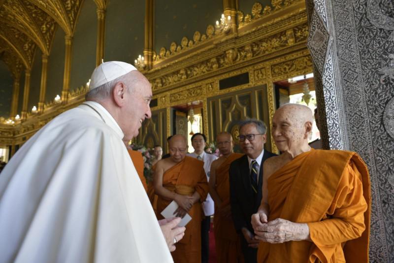 Paus Franciscus met de boeddhistische patriarch Ariyavongsagatanana IX  © Vatican Media