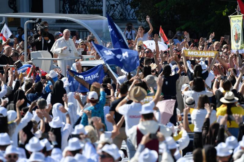 Paus Franciscus kreeg een hartelijk onthaal op het Heldenplein © Vatican Media