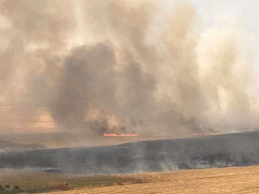 Brandende graanvelden rond Karemlesh © Facebook