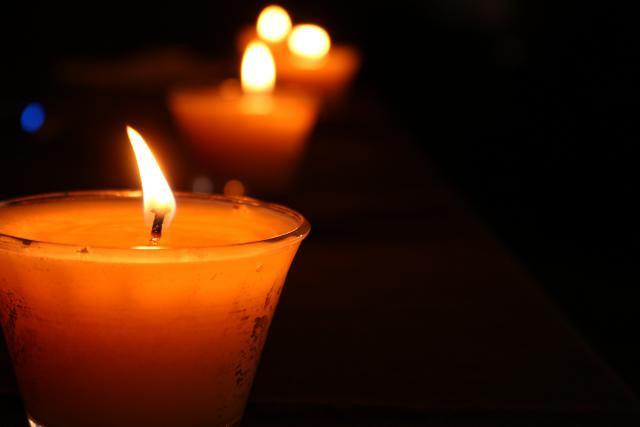 We bidden voor onze overledenen, om licht in de duisternis.