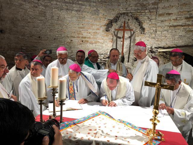 40 bisschoppen en ook leken ondertekenen het 'Catacombenpact voor het gemeenschappelijk huis', waarmee ze de voorkeursoptie voor de armen uit het pact van 1965 hernieuwen. © Philip Dickmans