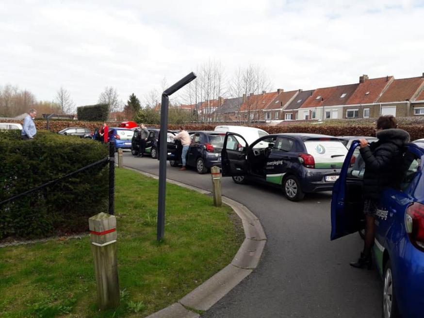 De auto's van thuisverplegingsdienst Cura trakteerden ons op een toeterend applaus.