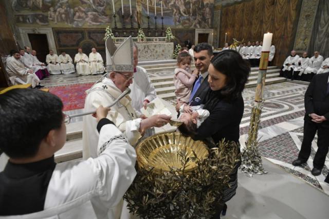 Er werden 12 jongens en 15 meisjes gedoopt © Vatican Media
