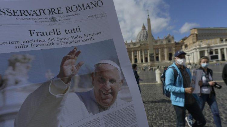 Voor het eerst sinds maanden is er opnieuw een gedrukt exemplaar van L'Osservatore Romano © Vatican Media