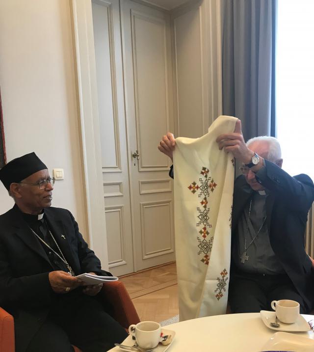 Kardinaal De Kesel ontvangt uit handen van metropoliet Tesfamariam een stola als dank voor de steun aan de Eritrese katholieke kerk en bevolking © Benoit Lannoo