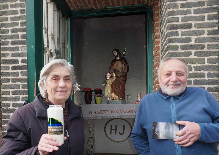 Francine en Hugo bij de 150 jaar oude Sint Jozef kapel. © parochie Onze-Lieve-Vrouw Lichtaart