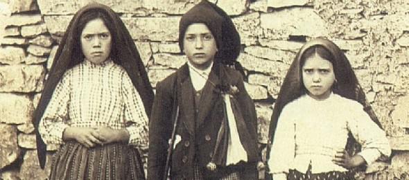 Lucia met haar neef Francisco en haar nicht Jacinta Marto in 1917 © Fatima