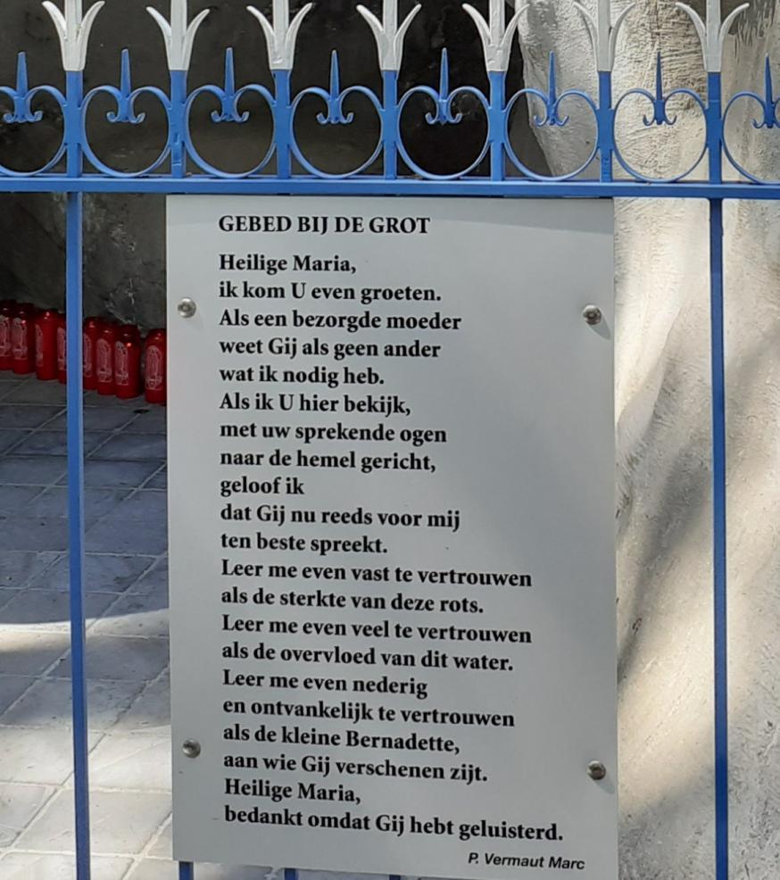 Gebed tot Maria bij de Lourdesgrot.