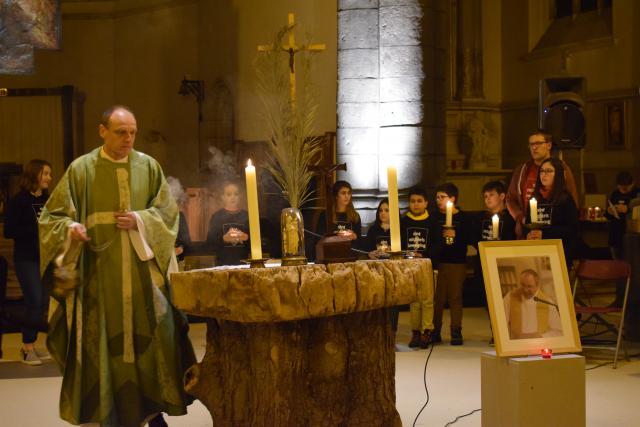 Priester Geert Goethals gaat voor in de viering ter herdenking van Noël Bonte, stichter van de Sint-Michielsbeweging. © Inge Cordemans