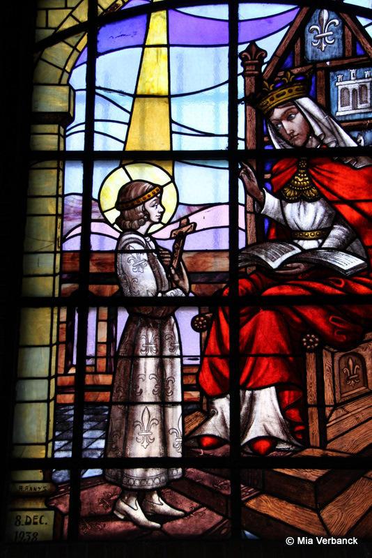 glasraam de Heilige Lodewijk met zijn moeder Blanca van Castilië - links achtera