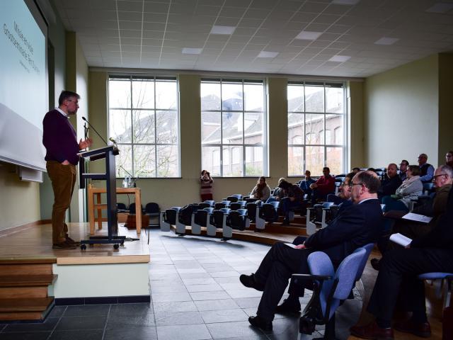 Piet Raes (links) stelt visie Grootseminarie Ten Duinen voor aan bisdommedewerkers © Sim D'Hertefelt - Bisdom Brugge