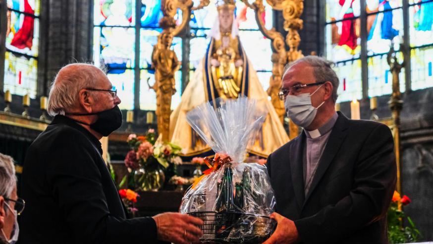 En ook Hugo Casaer had namens de ploeg van Alsemberg een presentje voor de bisschop en zijn vicariale raad: een mand vol producten uit de streek. © Laurens Vangeel