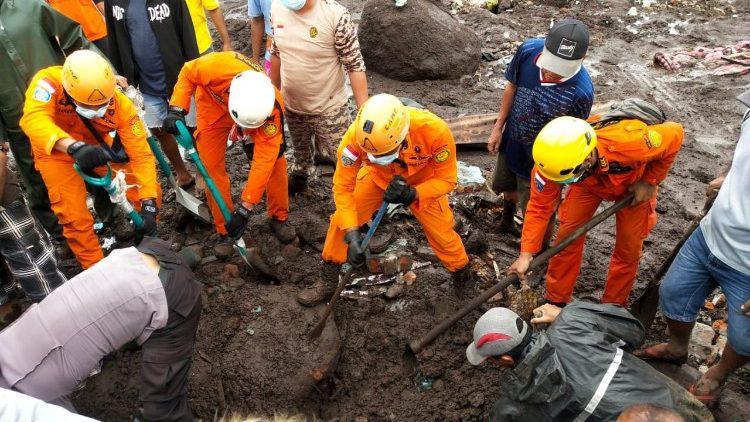 Indonesische hulpverleners zoeken met man en macht naar vermisten © Vatican Media