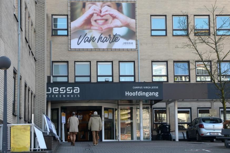 De solidariteit in het Jessa Ziekenhuis in Hasselt is groot, met oprechte bezorgdheid en troost voor elkaar. © Tony Dupont