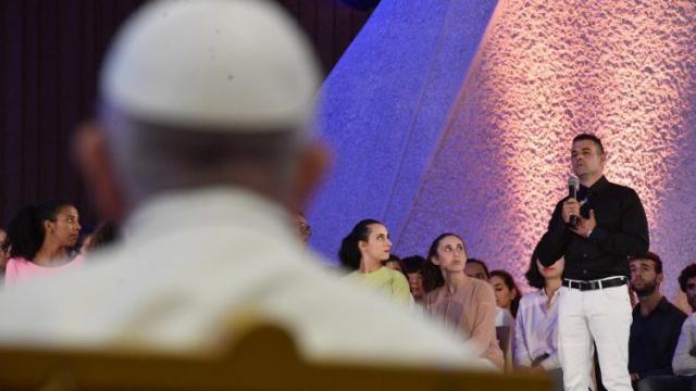 Paus Franciscus luistert naar getuigenissen op een jongerenevent in het hart van de synode. © Vatican News