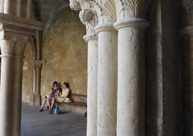 Gesprek in de kloostergang van de kathedraal van Coimbra © IJD-Jongerenpastoraal Vlaanderen, foto: Joris Polfliet