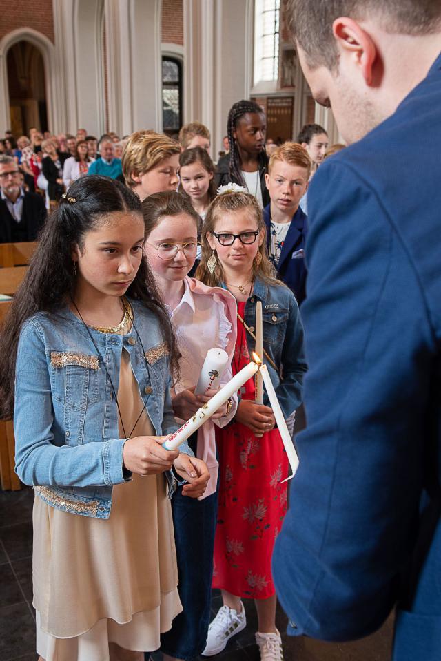 De doopkaarsen worden aangestoken