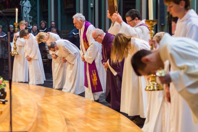 De Schrift wordt hoog geheven bij het begin van de eucharistie op de eerste zondag van de advent in Eeklo. © Karel Van de Voorde