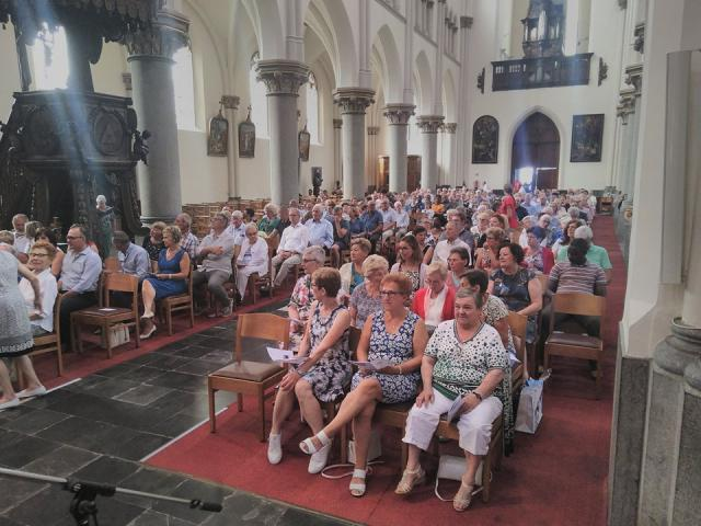 Kerkgangers met voor aan leden van Femma. © kerk in Sint-Gillis-Waas en Stekene