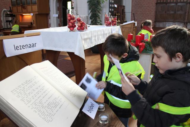 De eerste communicanten verkennen de kerk © RvH