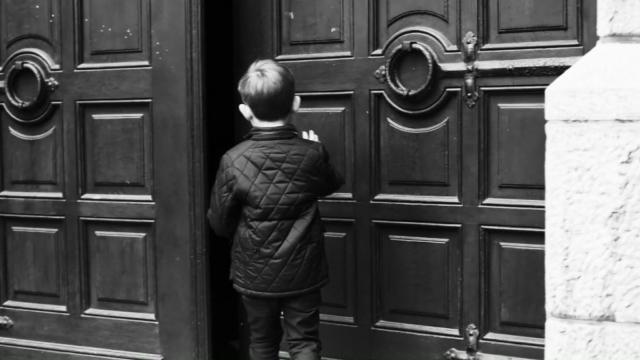 """De deur van onze kerk stond op een kier © """"Come and See"""", Selina de Maeyer"""