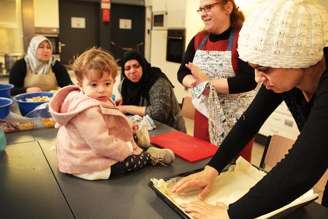 Noura's jongste is de lieveling van de kokende mama's.