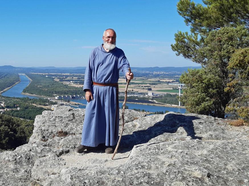 Guerric Aerden beschrijft de omgeving van zijn kluis in de Provence: 'Rond het klooster ligt een bergrug van 7 km met vele uitlopers, flink bebost en rotsachtig.' © Guerric Aerden
