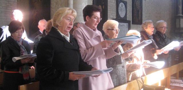 Het Machels kerkkoor tijdens de zondagsviering