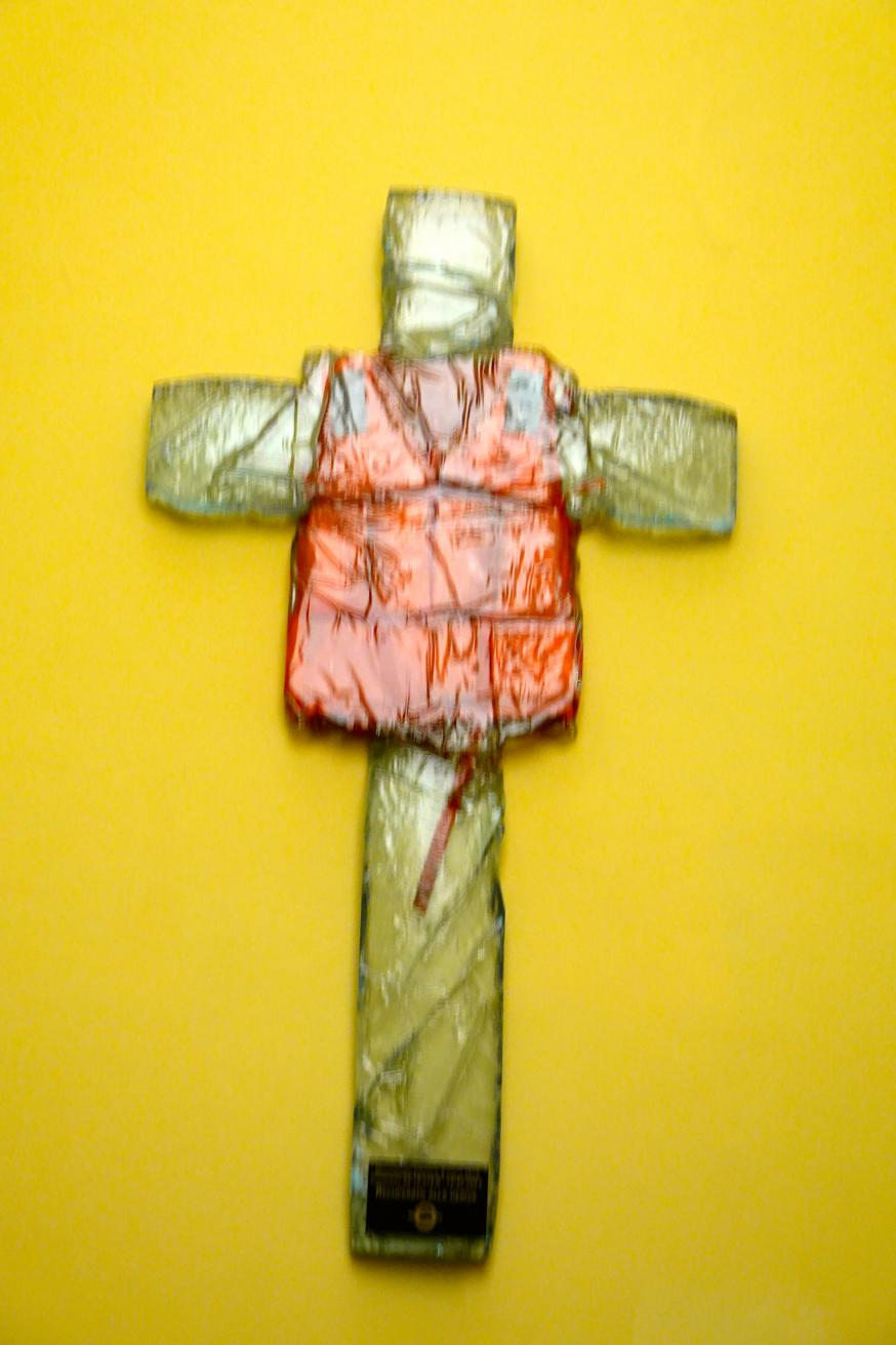Glazen kruis met reddingsvest. © Lieve Wouters