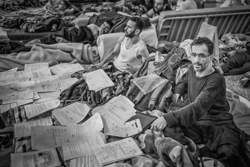 Cynisch genoeg zeulen 'mensen zonder papieren' vaak een karrenvracht papieren met zich mee, die hun bestaan in België documenteren. © Leo De Bock