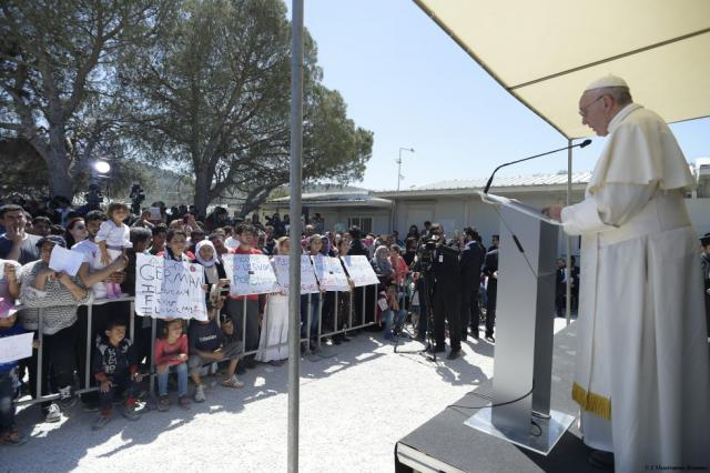 Paus in gesprek met vluchtelingen in Lesbos © SIR