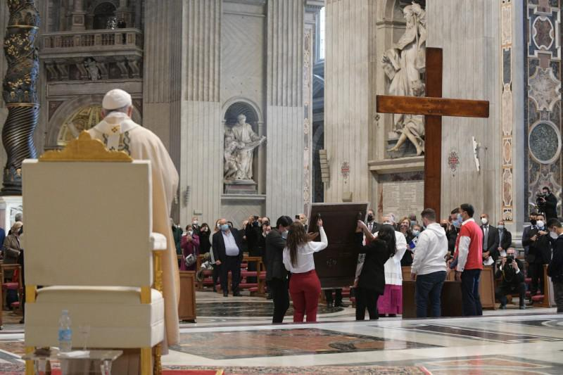 Overhandiging van het kruis en de icoon van de Wereldjongerendagen © Vatican Media