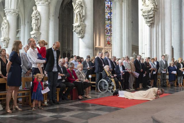Onder het aanroepen van de heiligen gaat de wijdeling plat op de grond liggen. © Luc Hilderson