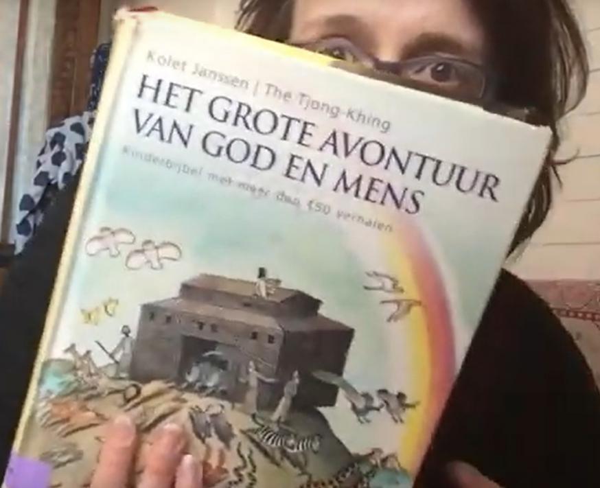 Juf Malanie leest voor uit de Bijbel © Juf Melanie